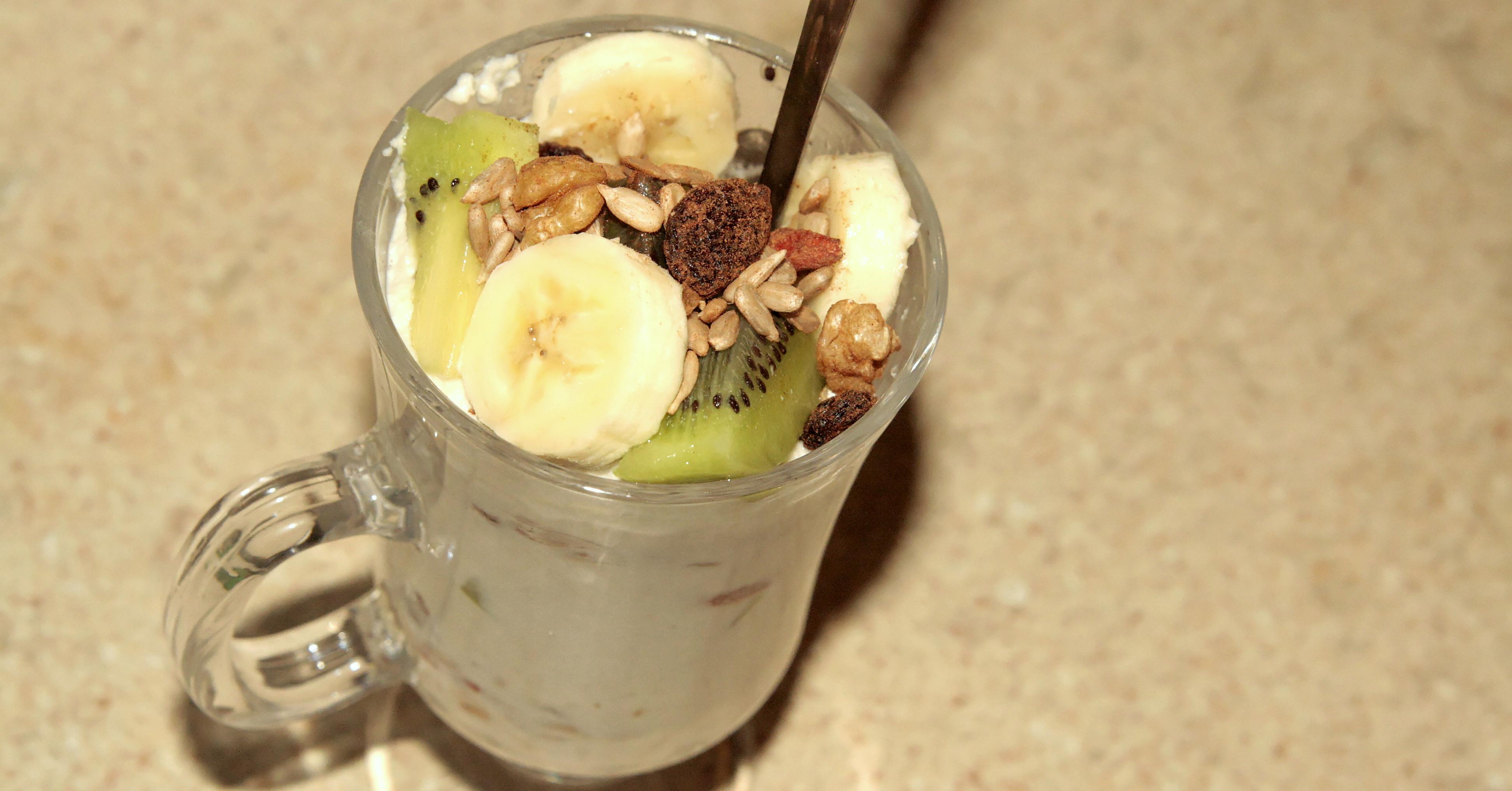 """Witariański """"jogurt"""" z musli i owocami"""