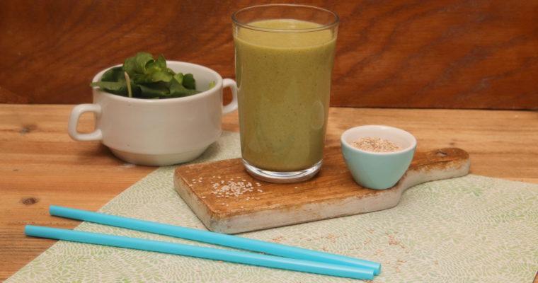 Miksujemy zielone: Zielony koktajl z mango i sezamem