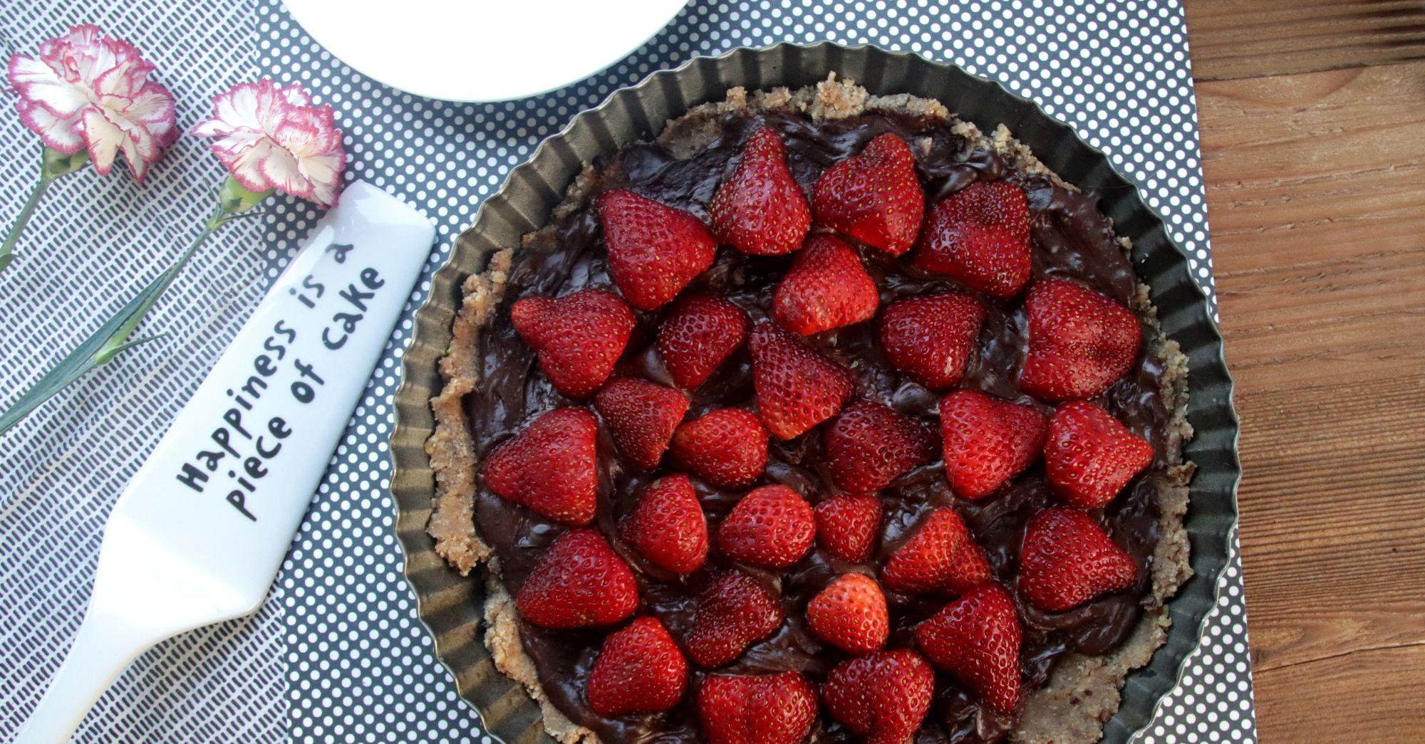Wegańska tarta z czekoladą i truskawkami (bez pieczenia)