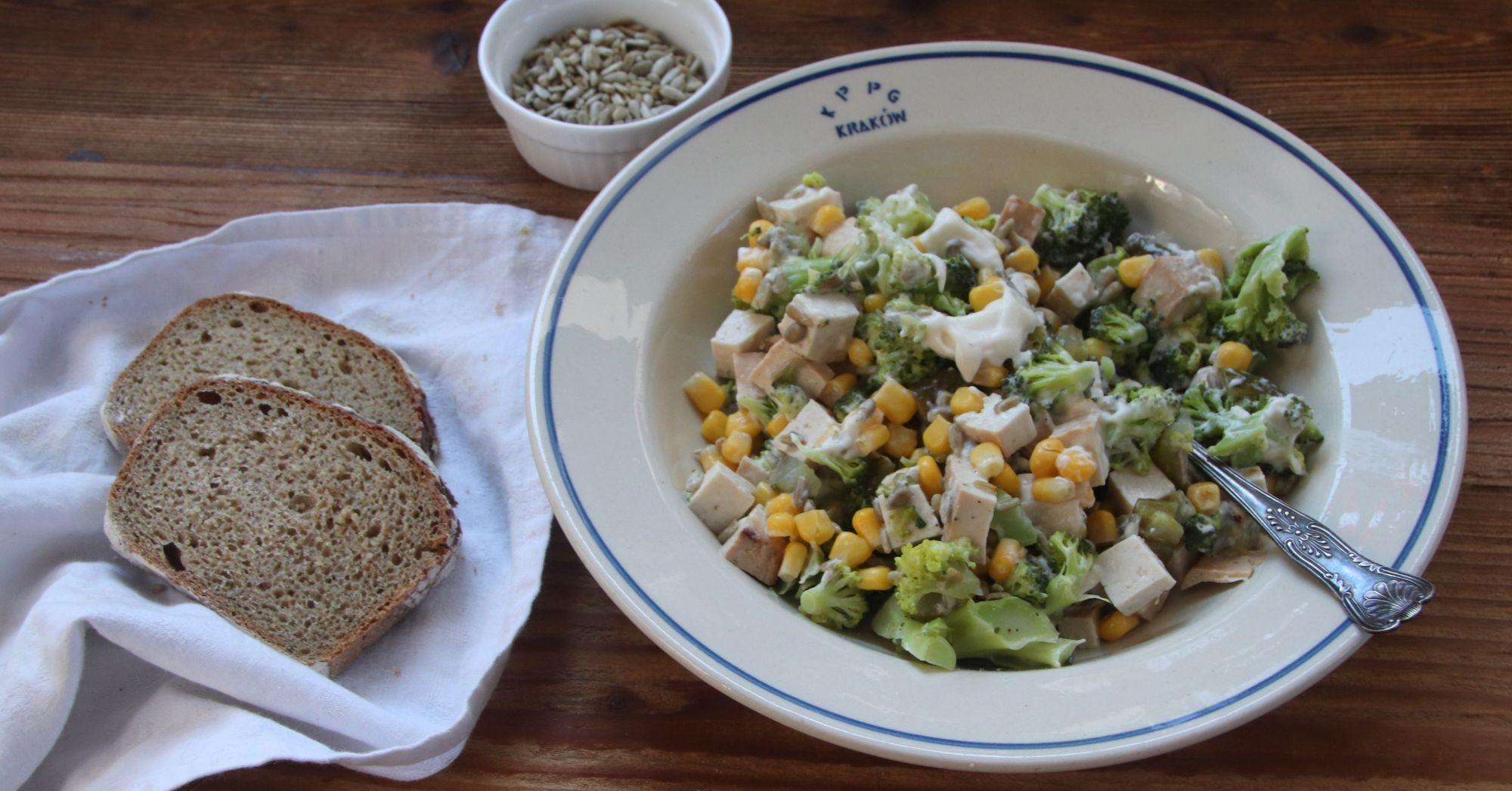 Sałatka z brokułem, tofu i słonecznikiem